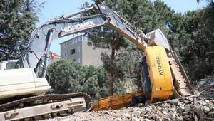 Maltepede inşaat alanına devrilen iş makinasının operatörü yaralandı