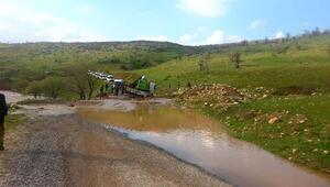 Eruhta çekici çamura saplandı, yol ulaşıma kapandı