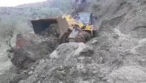 Dağdan kopan kaya, köy yollarını ulaşıma kapattı