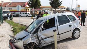 Tur otobüsü ile otomobil çarpıştı: 2 yaralı