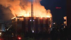 Sultanbeylide 4 katlı binanın çatı katı alev alev yandı