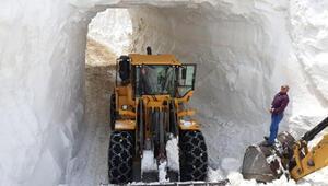 Görüntüler bugün çekildi... Hakkaride kar tünelleri açıldı