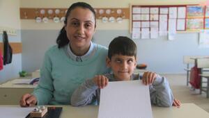 Öğrencisi için Braille alfabesini öğrendi