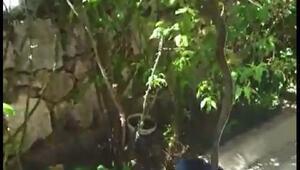 Evin bahçesine giren yılanı, itfaiyeciler yakaladı
