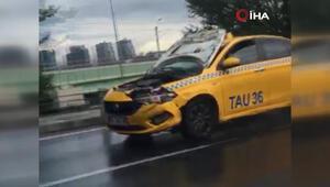 Kaputu açık halde seyreden taksi hayrete düşürdü