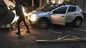 Patnosta rüzgarda çatıdan kopan parçalar otomobillerin üzerine düştü