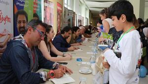 Genç yazar adayları usta yazarlardan sertifikalarını aldı