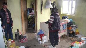 Engelli kardeşlerin evinden kamyon dolusu çöp çıktı