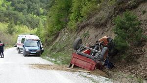 Devrilen traktörün altında kalan 2 kişi öldü