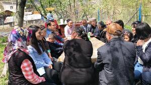 Sakin şehir Şavşatta engelliler, piknik yaparak eğlendi
