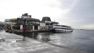 İzmirde fırtınadan dolayı vapur seferleri iptal edildi