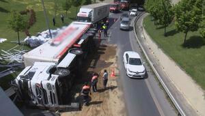 Dikkat İstanbulda işlek yolda TIR devrildi