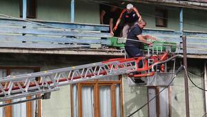 Şüpheli ölüm Evin kapısını kırarak girdiler, cesedi balkondan çıkardılar