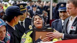 Şehit polis eşini son görevindeki kıyafetiyle uğurladı