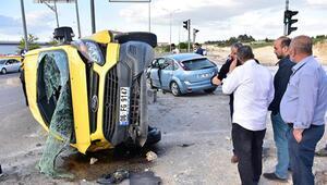 Otomobil ile servis minibüsü çarpıştı: Yaralılar var