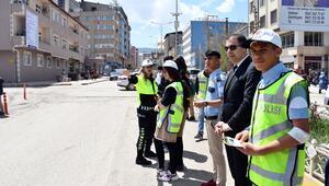 Trafik uygulamasına öğrencilerden üniformalı destek