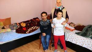 Hayatını 4 engelli çocuğuna adadı