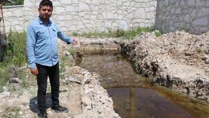 Denizlideki depremden sonra oluşan yarıktan zehirli su akıyor