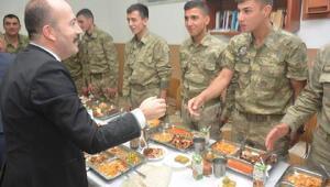 Kaymakam Uygur sınırda askerlerle iftar yaptı