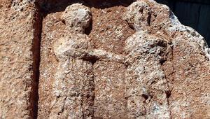 Adıyamanda 8 tonluk kayada Roma dönemine ait ayrılık figürü bulundu