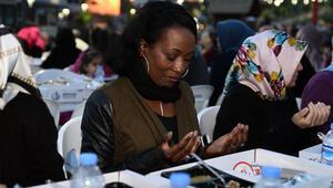 Dünyaca ünlü Amerikalı sanatçı Bağcılar'da iftar yaptı