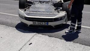 Otomobil, TIRa çarptı: 3 yaralı