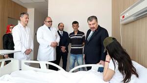 Sağlık Bakanı Koca yüzüne kezzap atılan Berfini ziyaret etti
