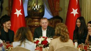 Cumhurbaşkanı Erdoğanın iftar yemeğine Mesut Özil de katıldı