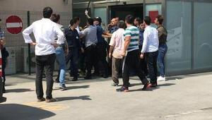 Çatışma sonrası hastane önünde birbirlerine böyle girdiler