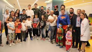 Basketbolculardan çocuk hastalara anlamlı ziyaret