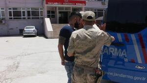Dur ihtarına uymayan kaçakları taşıyan minibüs sürücüsü, jandarmaya çarptı