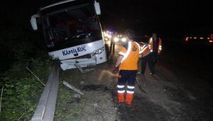 Otomobille çarpışan otobüs bariyerlere çarparak durabildi