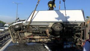 TEM'de kamyonet devrildi, trafik durma noktasına geldi