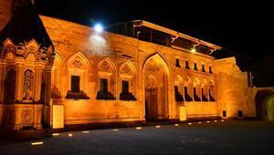 Ağrıda Osmanlı yadigârı İshak Paşa Sarayı ışıl ışıl