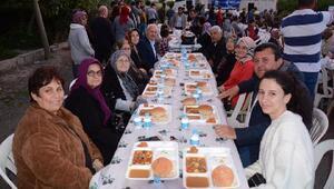 Lapseki Belediyesinin sokak iftarları devam ediyor