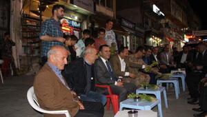 Kaymakam Türkmanve Başkan Saklı,vatandaşlara uşkun ikram etti