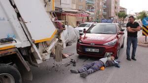 Otomobil çöp kamyonuna çarptı, temizlik görevlisi yaralandı