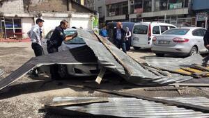 Ağrıda fırtına çatıları uçurdu; 7 araç zarar gördü