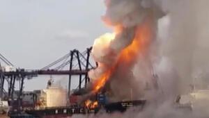Kimyevi madde taşıyan gemi yandı: 130 kişi hastanelik oldu