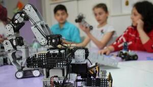 Robotlarıyla yarışan genç mucitler ödüllerini aldı