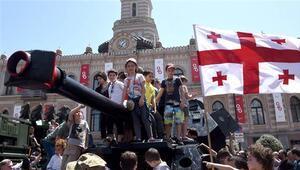 Gürcistanda bayrak krizi bakanı görevinden etti