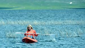 Urartuların baraj gölünde yüzüp kanoyla gezdiler
