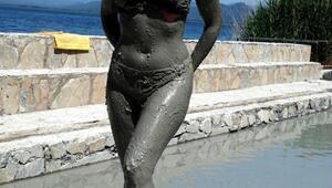 Ukrayna güzellik kraliçesi Köyceğizde çamur banyosu yaptı