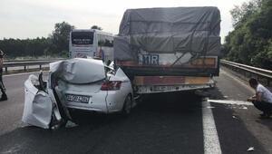 Otomobil, çarptığı TIRın dorsesiyle sürüklendi; 4 kişi yaralı