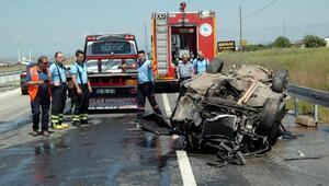 Takla atarak hurdaya dönen otomobildeki 2 kişi yaralandı