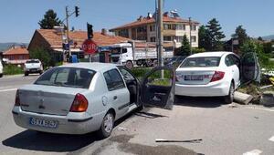 Yeniçağada 2 otomobil çarpıştı: 4 yaralı