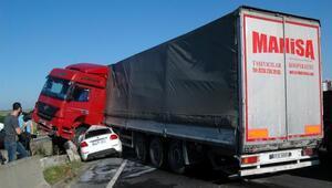 Kaza yapan TIRa çarpan otomobilde 3 kişi yaralandı
