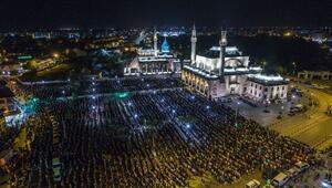 Konyada Kadir Gecesinde on binler ellerini semaya açtı