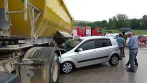 Otomobil TIRa çarptı: 2 yaralı