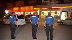 Duvarını kırarak girdikleri markette kola içip, sigara çaldılar